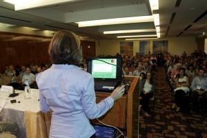 """כנס שנתי בעדשות מגע 2012. קהל הכנס באולם מליאה ראשי. קבלת תמונה ד""""ר ניר ארדינסט"""