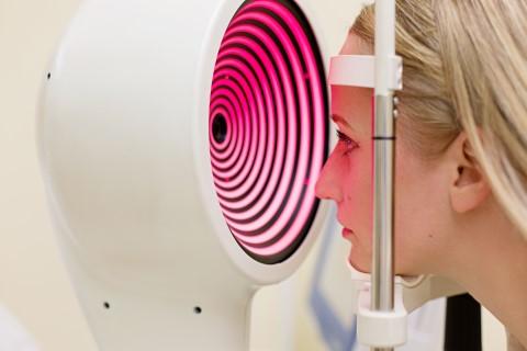 """קורס מיפוי קרנית - טופוגרפיה תמונה ד""""ר ניר ארדינסט. תמונה ברישיון"""